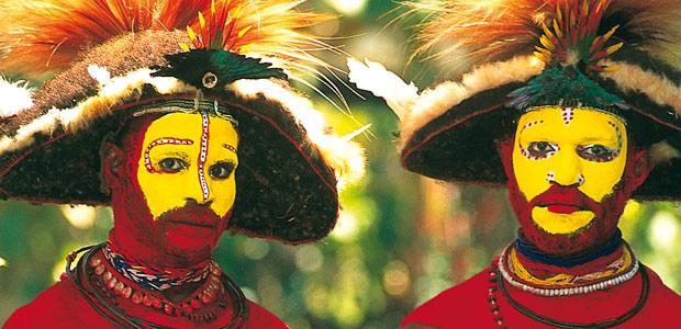 Deux papous Huli avec leur imposante perruque