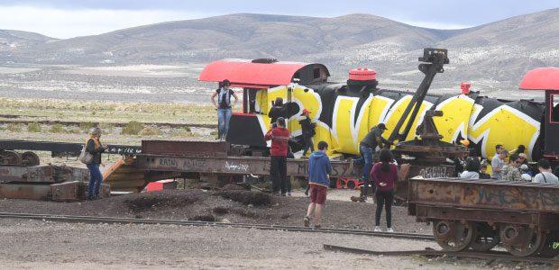 Alice et Raphaël découvrent le cimetière des trains d'Uyuni
