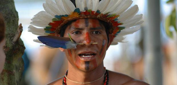 Les hommes-oiseaux ou l'art de la plume en Amazonie