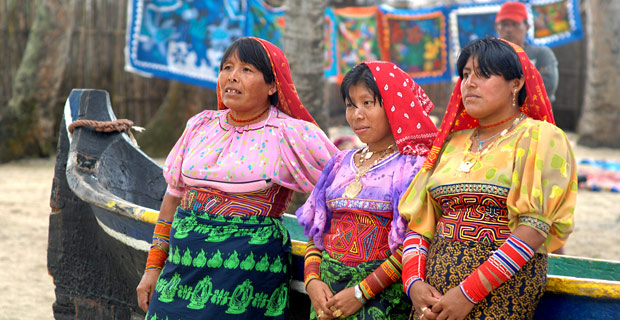 Indiennes Kuna devant leur barque au Panama
