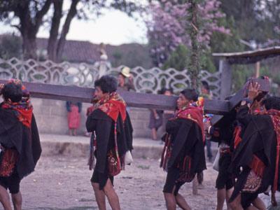 Les Indiens Mayas portent la croix