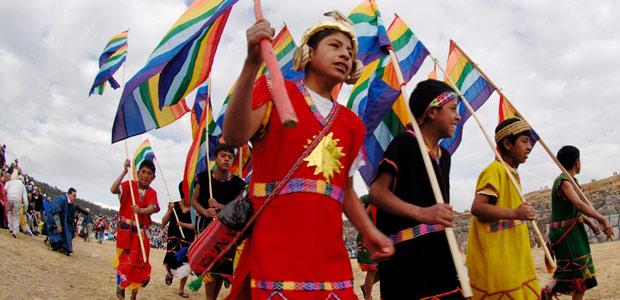 Les enfants et leurs drapeaux