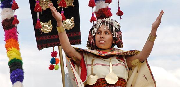 L'impératrice des Incas, sur son fauteuil couleur de lune, salue ses sujets
