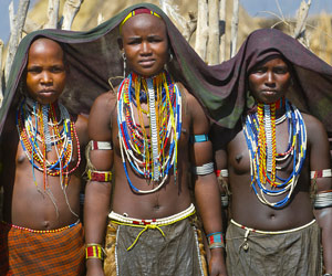 Jeunes filles Erboré devant leur hutte