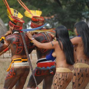 Les joueurs de flûte traversent le village avec les jeunes filles nubiles