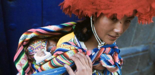 Maman et bébé durant la procession des tremblements.