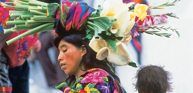 Les femmes Mayas viennent sur les marches de l'église Santo Tomas pour vendre leur production de fleurs.