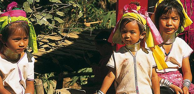 Maman et fillettes Padaung au long cou