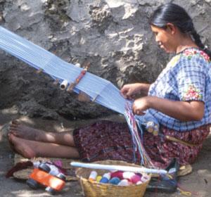 Maman devant son métier à tisser