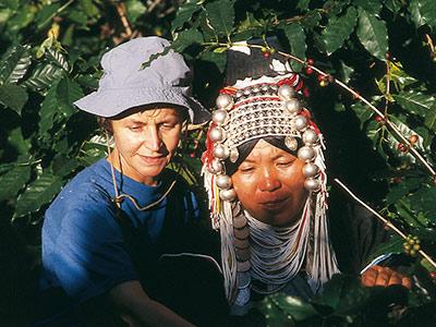 Dans la pénombre des caféiers, Mania et son amie Akha