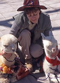 Mania Dequidt en compagnie de 2 bébés lama au Pérou