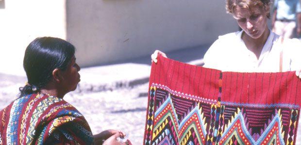 Mania choisit des huipiles sur le marché de Chichicastenango