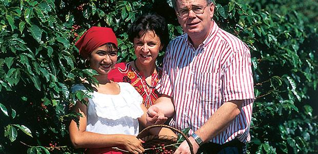 Mania et Paul dans les caféiers avec Alba