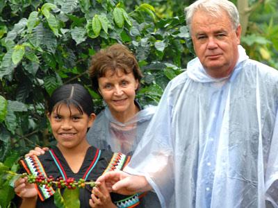 Mania et Paul Dequidt dans les caféiers au Panama, sous la pluie battante