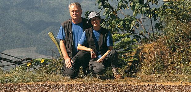 Mania et Paul au séchage du café vert