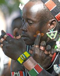 Séance de maquillage chez les jeunes hommes Hamer