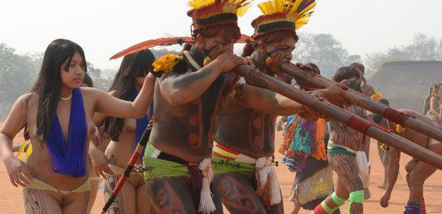 Marche des joueurs de flûtes autour des kuarups