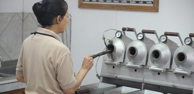 Maria, la soeur de Plinio, torréfie les échantillons de café pour la dégustation