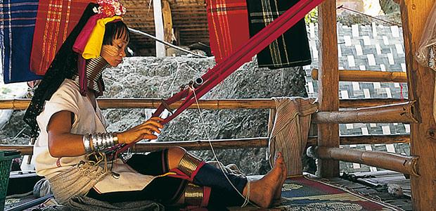 Femme Padaung sur son métier à tisser