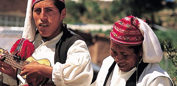 Musiciens en costumes traditionnels sur l'île de Taquilé au Pérou