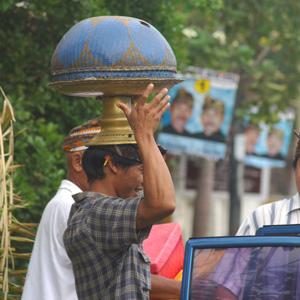 Les fidèles se rendent au temple avec leurs offrandes