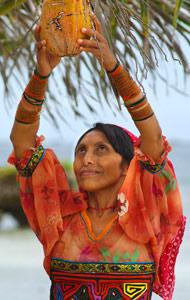 Indienne Kuna sous les palmiers au Panama