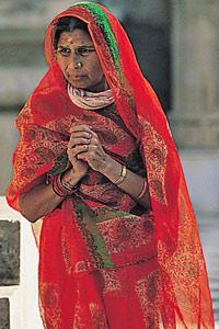 Une passante au temple