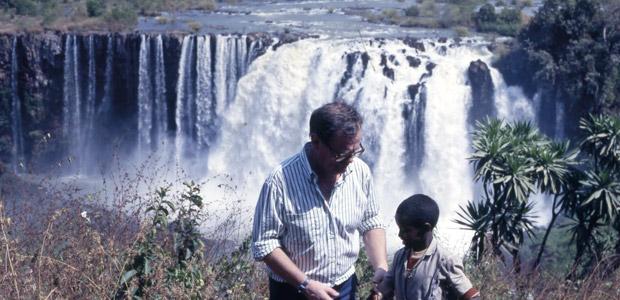 Paul Dequidt et garçon Amhara devant les chutes du Nil Bleu