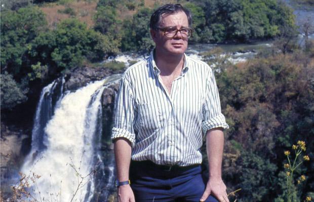 Paul Dequidt devant la cascade d'eau qui gronde