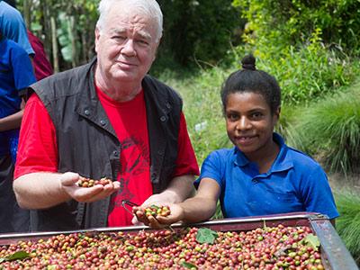 Paul inspecte la récolte des cerises de café