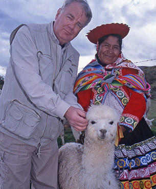 Paul Dequidt en compagnie d'une femme et son lama au Pérou