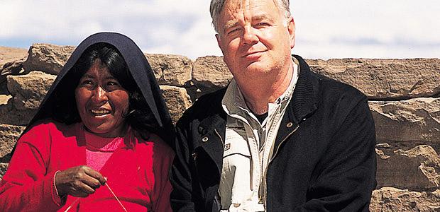 Paul Dequidt et une Indienne Aymara sur l'île de Taquilé au Pérou