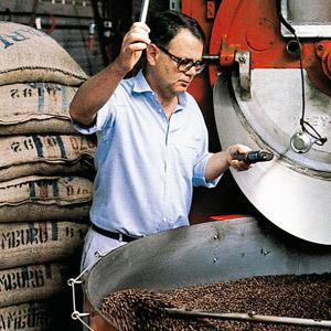 1982, Paul Dequidt torréfie le café