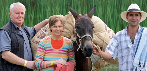 Mania et Paul Dequidt rencontrent un sympathique cafetero et sa mule Conchita, chargée de sacs de café