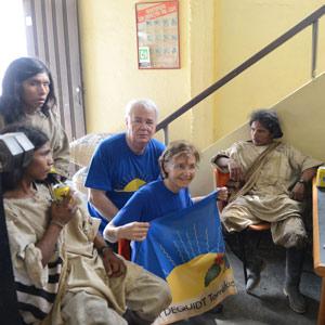 Mania et Paul Dequidt assistent à une vente de café des Indiens Kogi