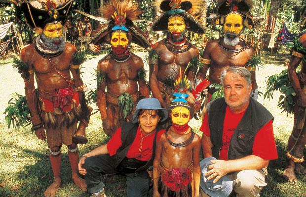 Mania et Paul Dequidt au milieu des papous Huli