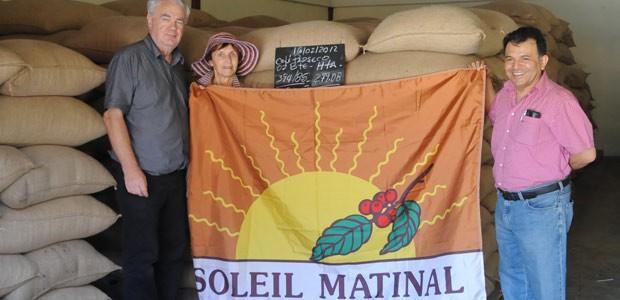 Plinio Ruiz mérite bien notre drapeau Soleil Matinal attribué aux meilleurs planteurs de café de la planète