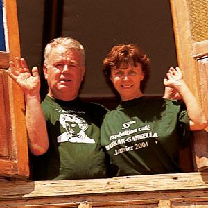 Paul et Mania Dequidt devant la maison d'Arthur Rimbaud en Abyssinie