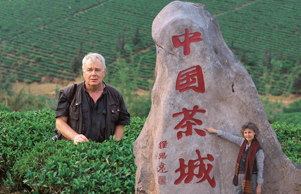 Paul et Mania dans une plantation de thé à Simao