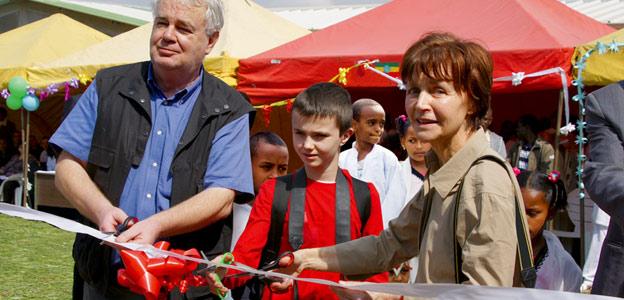 Mania et Paul Dequidt, avec leur petit-fils Raphaël, inaugurent le nouvel orphelinat à Akaki