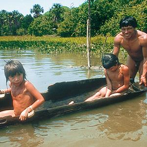 Un papa et ses enfants partent à la pêche