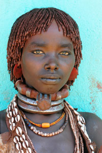 Jeune femme Hamer sur la route de Turmi