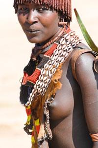 Jeune fille Hamer sur la route de Turmi
