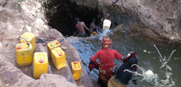 Des entrailles de la terre, les Borana ramènent l'eau claire