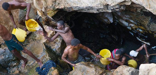 Chez les Borana, les puits chantants : les hommes extraient l'eau des entrailles de la terre