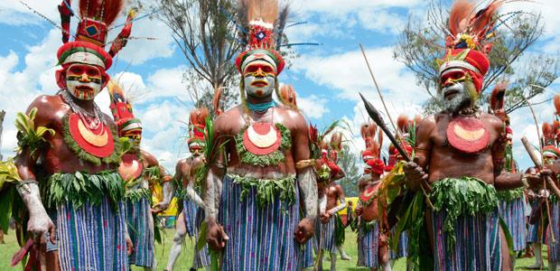 Les Enga bleus au grand Sing-Sing de Goroka en Papouasie Nouvelle-Guinée