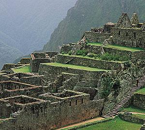 Les terrasses de culture apparaissent comme de grands escaliers sur le flanc de la montagne.