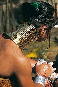 Jeune femme Padaung à sa toilette