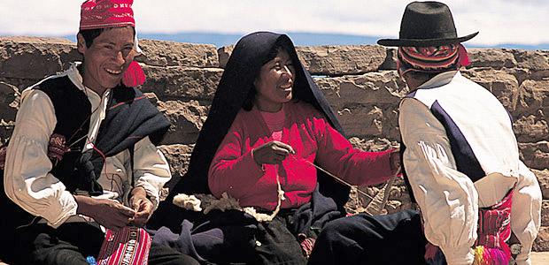 Les hommes tricotent et les femmes tissent sur l'île de Taquilé au Pérou