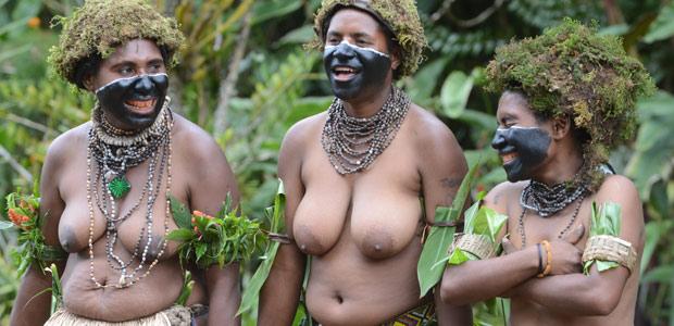 Les épouses des hommes-squelette sortent de la forêt